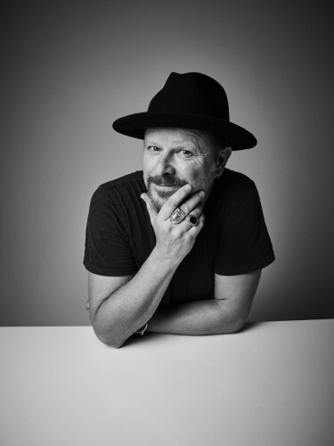 Danny Clinch : 60 Minutes - Hiding behind amplifiers or lurking backstage, Danny Clinch has captured the leaps, the laughs, the shouting and the silence of…